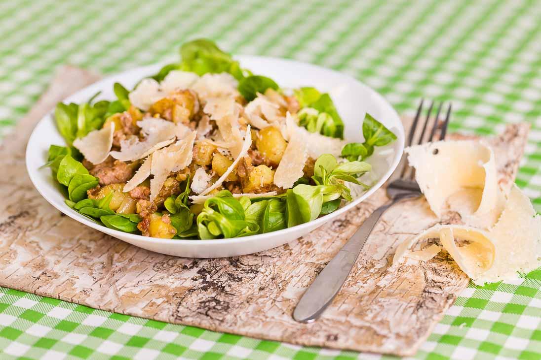 Steirischer Kartoffelsalat mit Faschiertem auf Vogerlsalat casual cooking österreichischer food blog