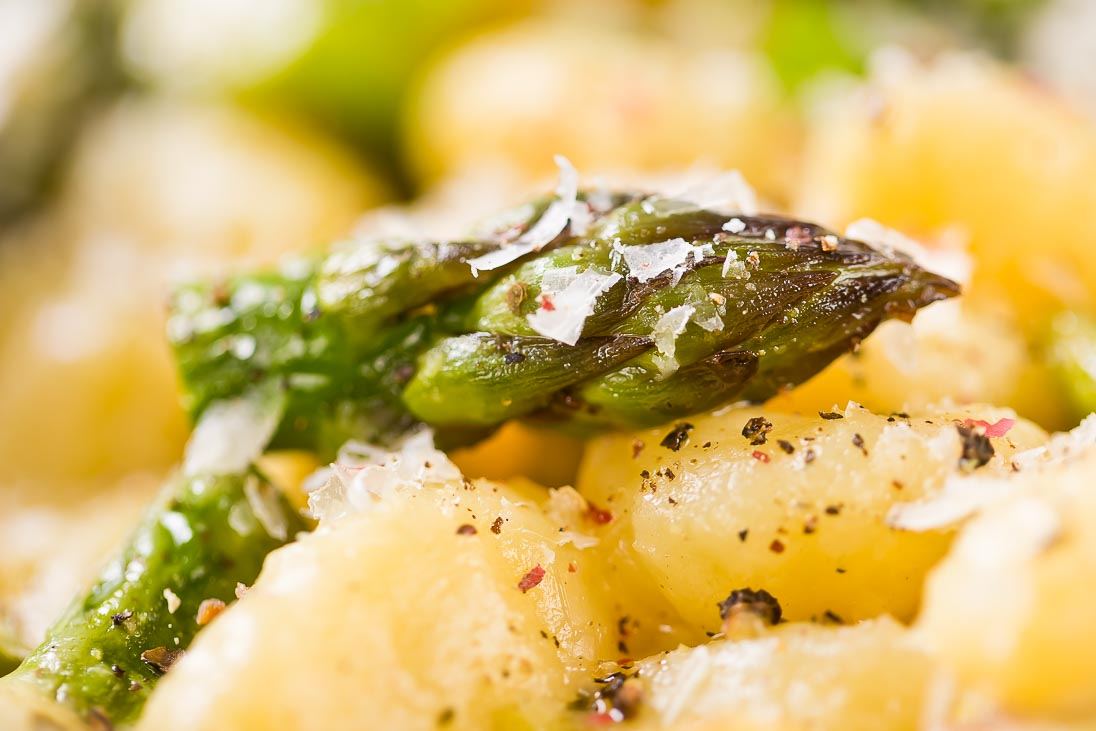 grüner Spargel Pfanne Gnocchi Frühlingszwiebel Asparagus casual cooking österreichischer food blog